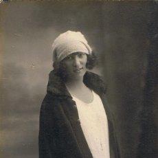 Fotografía antigua: FOTO RETRATO DEDICADO DE JOVEN CON ABRIGO SOBRE LOS HOMBROS. CA.1915. FOT: FRANCISCO AMER. BARCELONA. Lote 66945070