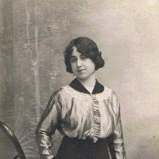 Fotografía antigua: FOTO RETRATO DE SEÑORITA JUNTO A MECEDORA. CA.1910-1915. FOT.:R.ESTAPÉ. MATARÓ.. Lote 67568869
