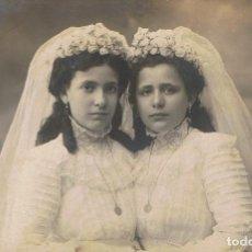 Fotografía antigua: FOTO RETRATO. REFLEJADAS EN SU PRIMERA COMUNIÓN. CA. 1910. FOT: MARINÉ. BARCELONA.. Lote 68635777
