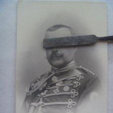 Fotografía antigua: CABALLERIA : OFICIAL DE HUSARES DE PAVIA MEDALLA SAN HERMENEGILDO Y MAYORIA EDAD. DE KAULAK. 1909. Lote 69505341