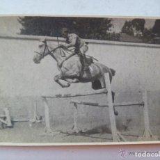 Fotografía antigua: MILITAR DE CABALLERIA SALTANDO OBSTACULOS CON CABALLO. EPOCA DE ALFONSO XIII.. Lote 70174889