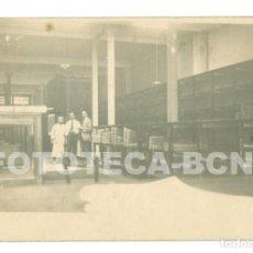 Fotografía antigua: FOTO ORIGINAL POSIBLEMENTE ESTABLECIMIENTO DE TRAJES NEW ENGLAND RAMBLA DE CATALUNYA BARCELONA. Lote 71471031