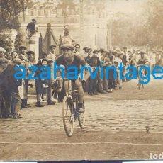 Fotografía antigua: SEVILLA,1924, POSTAL FOTOGRAFICA,LLEGADA CARRERA CICLISTA,LA PALMERA, FOT.SANCHEZ DEL PANDO. Lote 71738471