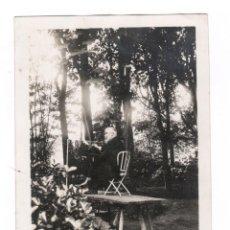 Fotografía antigua: SANTIAGO RUSIÑOL (1861-1931) PINTANDO ENCIMA DE UNA MESA, FOTOGRAFÍA SIN DATOS.. Lote 72727407