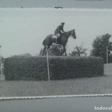 Fotografía antigua: MILITAR DE CABALLERIA SALTANDO OBSTACULOS CON CABALLO. GIJON 1942. Lote 73371503