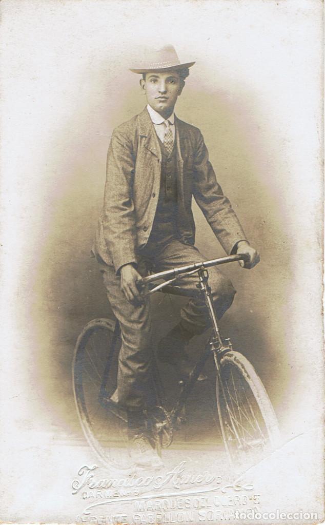 FOTO RETRATO DE CICLISTA SENTADO EN SU BICICLETA. CA.1910-1915. FOT.: FRANCISCO AMER.BARCELONA. (Fotografía Antigua - Tarjeta Postal)