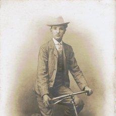 Fotografía antigua: FOTO RETRATO DE CICLISTA SENTADO EN SU BICICLETA. CA.1910-1915. FOT.: FRANCISCO AMER.BARCELONA.. Lote 73696959