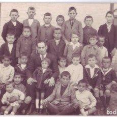 Fotografía antigua: FOTOGRAFÍA DE UN MAESTRO CON SUS ALUMNOS. FORMATO TARJETA POSTAL (AÑOS 20). Lote 74230607