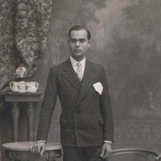 Fotografía antigua: FTO RETRATO DE JOVEN POSANDO CON PAÑUELO EN BOLSILLO. CA.1920. FOT.: NIEPCE. BARCELONA.. Lote 74339899