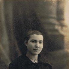 Fotografía antigua: FTO. RETRATO DE CHICA JOVEN CON CABELLO RAPADO. RARA. CA.1915. FOT: GARRIGOSA. BARCELONA. . Lote 74340511