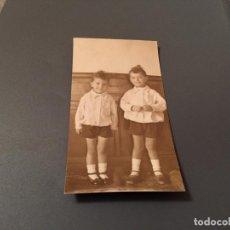 Fotografía antigua: ANTIGUA FOTO - TARJETA POSTAL DE DOS NIÑOS . Lote 75851535