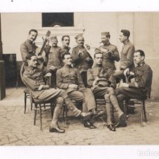 Fotografía antigua: GRUPO DE MILITARES CON GUITARRA, MELILLA PROBABLEMENTE. 1910'S APROX. Lote 76177167