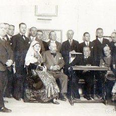 Fotografía antigua: FOTO POSTAL ANTIGUA DE REUNION CON DOS CHARRAS. Lote 76618651