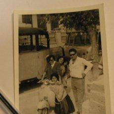 Fotografía antigua: ANTIGUA FOTO FOTOGRAFIA VESPA PILOTADA POR VARIAS MUJERES DETRAS AUTOBUS (17). Lote 77094629