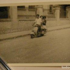 Fotografía antigua: ANTIGUA FOTO FOTOGRAFIA DE PASEO CON LA VESPA (17). Lote 77094757