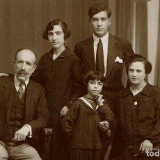Fotografía antigua: FTO. RETRATO COMPLETO DE FAMILIA. CA. 1910-1915. FOTÓGRAFO: J. BAÑÓN. PLAZA PARAISO, 2. VICH.. Lote 79119109