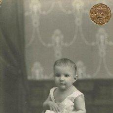Fotografía antigua: FTO. RETRATO DE NIÑA SUBIDA EN MESITA. CA.1915. FOTOGRAFIA LA IDEAL. ANTOLIN Y CIA. ALICANTE. Lote 79618521