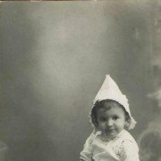 Fotografía antigua: FTO. RETRATO DE NIÑA CON CAPUCHA. CA.1915-1916. FOTOGRAFÍA LA IDEAL . ANTOLÍN Y CÍA. ALICANTE. Lote 79618721