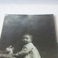 Fotografía antigua: FOTO POSTAL 1928- NIÑO POSANDO CON CONEJO- SANCHIS, FOTO ART ALCOY. Lote 79904893