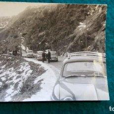 Fotografía antigua: COCHES CARRETERA MONTAÑAS NEVADAS AÑOS 60. Lote 80367977