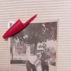 Fotografía antigua: FOTOGRAFIA FOTOGRAFOS HACIENDO FOTO - AÑOS 60. Lote 80368709