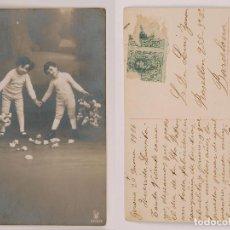 Fotografía antigua: TARJETA POSTAL - FOTOGRAFÍA ANTIGUA. NIÑOS CON CESTAS DE FLORES - FECHADA 1916. Lote 80441925