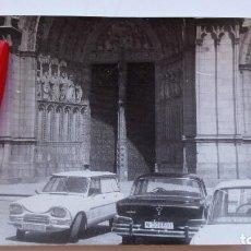 Fotografía antigua: FOTOGRAFIA FOTO COCHES FRENTE A LA CATEDRAL. Lote 80844683