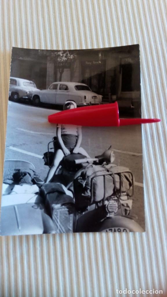 FOTO ANTIGUA - FOTOGRAFIA NIÑA EN VESPA CON SIDECAR Y COCHES ANTIGÜOS (Fotografía Antigua - Tarjeta Postal)