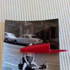 Fotografía antigua: FOTO ANTIGUA - FOTOGRAFIA NIÑA EN VESPA CON SIDECAR Y COCHES ANTIGÜOS. Lote 82961308