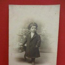 Fotografía antigua: ANTIGUA FOTO NIÑO ATAVIADO CON GORRA CUERPO DE VIGILANCIA O SERENO. Lote 84835292