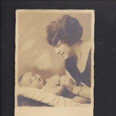 Fotografía antigua: ANTIGUA FOTOGRAFÍA, TARJETA POSTAL. MADRE CON SU HIJO 1924. Lote 86413396