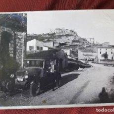 Fotografía antigua: ANTIGUA FOTOGRAFIA PUEBLO COCHE MATRICULA BARCELONA.. Lote 86417928