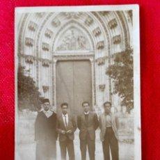Fotografía antigua: SEVILLA PATIO DE LOS NARANJOS CATEDRAL DE SEVILLA 4 HOMBRES POSANDO UNO MAGREBI 1920. Lote 88931356