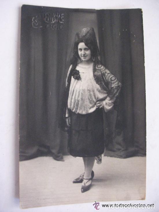 RETRATO DE SEÑORITA CON PEINETA Y MANTILLA , AÑOS 10 . DE ESQUEMBRE , ELCHE (Fotografía Antigua - Tarjeta Postal)