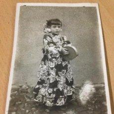Fotografía antigua: ANTIGUA FOTOGRAFIA TARJETA POSTAL NIÑA PANDERETA CONSUEGRA TOLEDO 1947. Lote 90557470