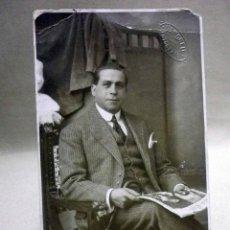 Fotografía antigua: FOTOGRAFIA ANTIGUA, TARJETA POSTAL, CABALLERO, SEÑOR LEYENDO EL PERIODICO, VENDRELL, 1920S. Lote 91641100