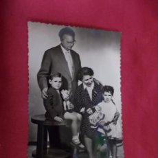 Fotografía antigua: ANTIGUA FOTOGRAFIA. FAMILIA POSANDO. 113/1. Lote 92205290
