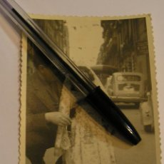 Fotografía antigua: ANTIGUA FOTO FOTOGRAFIA SEAT 600 COCHES APARCADOS (17). Lote 92866930