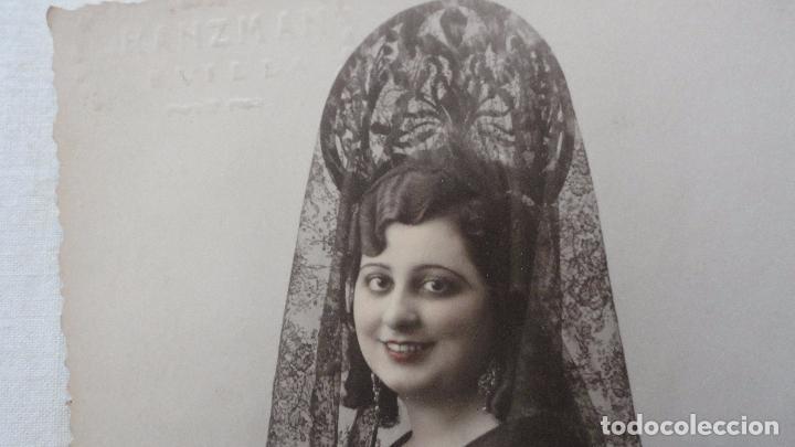 Fotografía antigua: ANTIGUA FOTO POSTAL.CHICA CON MANTILLA.FOTO GRANZMAN.SEVILLA.AÑOS 40? - Foto 2 - 92948885