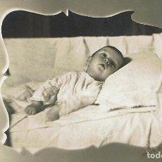 Fotografía antigua: FTO. RETRATO POST-MORTEM EN ORLA DE BEBÉ POSTRADO. CA. 1910-1915. FOTÓG: J. ROVIRA. BARCELONA.. Lote 93762285