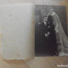 Fotografía antigua: ANTIGUA FOTO DE BODA CON PROTECTOR DE HOJA DE SEDA CON DIBUJOS COMO TELARAÑAS. Lote 94799183