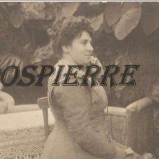 Fotografía antigua: FOTO-POSTAL, MUJER EN UN JARDÍN, , CON SELLO M. GINESTA-TARRASA, SIN CIRCULAR. Lote 95826371