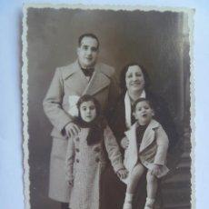 Fotografía antigua: FOTO DE ESTUDIO DE UNA FAMILIA . ENERO DE 1936 . DE FOTO-IRIS , MALAGA. Lote 106579479