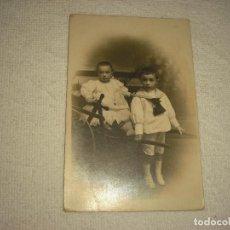 Fotografía antigua: ANTIGUA FOTO DE DOS NIÑOS . UNO DE ELLOS SUBIDO EN UN ANTIGUO CARRO . NYSSEN. Lote 97563135