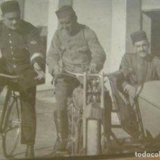 Fotografía antigua: FOTO DE SARGENTO DE AVIACION Y SOLDADOS EN MOTO CON SIDECAR . AÑOS 20. Lote 98164055