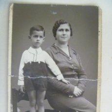 Fotografía antigua: FOTO DE ESTUDIO DE MADRE Y NIÑO CON PANTALON CORTO , AÑOS 20 . DE HILARIO , SEVILLA. Lote 98574491