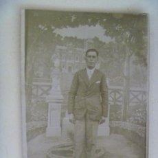 Fotografía antigua: MINUTERO DE FOTOGRAFO AMBULANTE : HOMBRE ELEGANTE, FONDO DECORADO. AÑOS 20. Lote 151455345