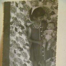 Fotografía antigua: FOTO DE NIÑA CON MUÑECA PEPONA. Lote 195313211