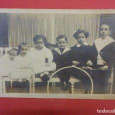 Fotografía antigua: TARJETA POSTAL ESTUDIO NAPOLEON. BARCELONA. GRUPO DE NIÑOS. Lote 99748043