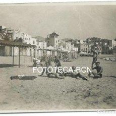 Fotografía antigua: FOTO ORIGINAL SITGES PLAYA BAÑISTAS GARRAF AÑOS 20/30 ARQUITECTURA DESPARECIDA. Lote 99821871